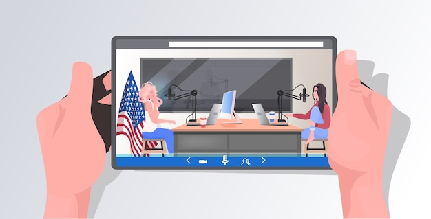 タブレット画面のポッドキャスターがマイクに向かって話し、ラジオスタジオでポッドキャストを録音するポッドキャスティングのコンセプト女性カップルが会議中に話し合う
