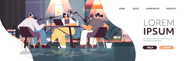 스튜디오 팟캐스팅 온라인 라디오 방송 개념 전체 길이 복사 공간에서 팟캐스트를 녹음하는 마이크와 대화하는 팟캐스터