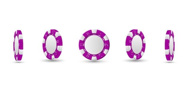 ポーカーチップが異なる位置にある。明るい背景に分離されたマゼンタのチップ。
