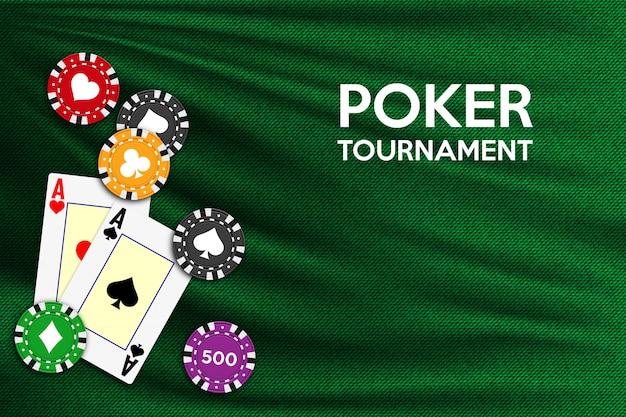 エースとポーカーチップと緑の布の色でポーカーテーブルの背景。