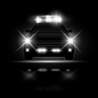 밤 도로에서 헤드 라이트 플레어와 사이렌이있는 경찰차. 특수 광선