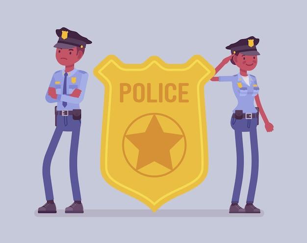 警察官のエンブレムと黒人の警官