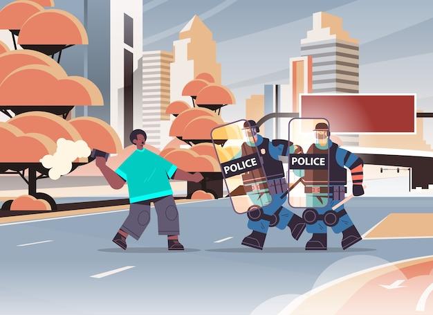 충돌 데모 항의 개념 도시 풍경 가로 동안 연기 폭탄으로 시위를 공격하는 전체 전술 장비 폭동 경찰 경찰관