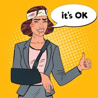 Поп-арт избили бизнес-леди с перевязанной рукой улыбается. раненая офисная работница.