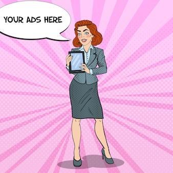 Поп-арт красивая деловая женщина, держащая цифровой планшет.