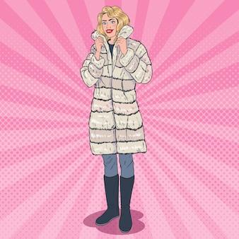 暖かい毛皮のコートでポーズをとるポップアートの美しい女性