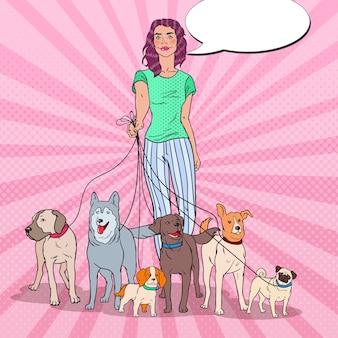 ポップアートの美しい女性の犬のパックを歩く