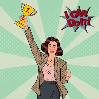 Поп-арт победитель бизнес-леди с золотым кубком.
