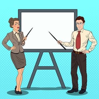 Поп-арт бизнесмен и деловая женщина с указателем и белой доской.