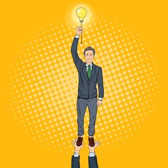 電球とポップアートのビジネスマン。チームの仕事の概念。