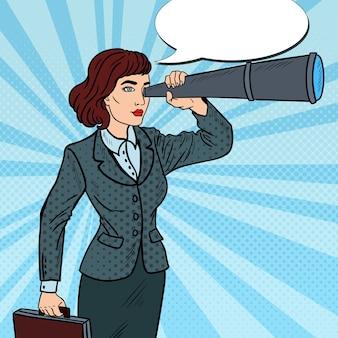 Поп-арт уверенно деловая женщина, глядя в подзорную трубу.
