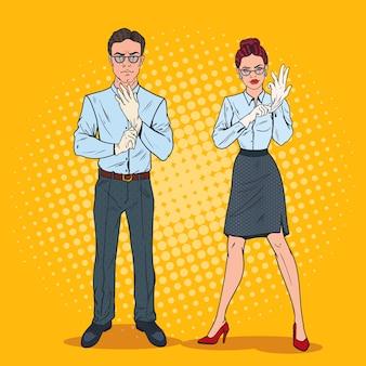 Поп-арт пара серьезных инспекторов в белых перчатках