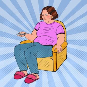 Поп-арт толстая женщина смотрит телевизор с пультом дистанционного управления