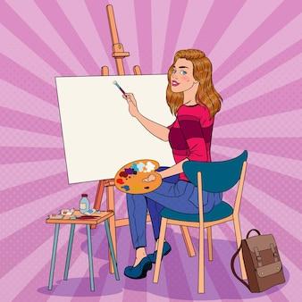 スタジオでのポップアートの女性アーティストの絵画。ワークショップの女性画家。