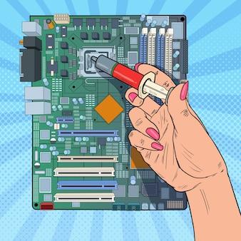 Поп-арт женская рука компьютерного инженера ремонт процессора на материнской плате. обновление оборудования пк для обслуживания.