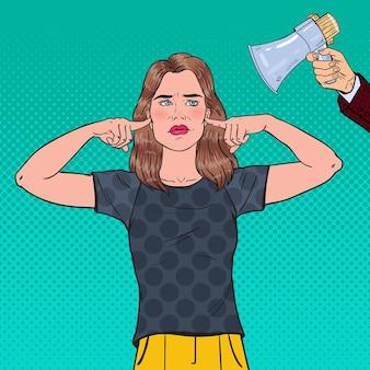 ポップアート欲求不満の女性がメガホンから指で耳を閉じた。無知の概念。