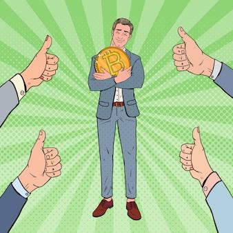 Поп-арт счастливый бизнесмен держит большую монету bitcoin
