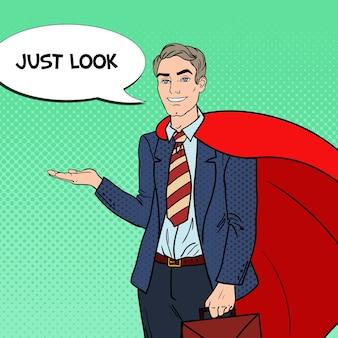 Поп-арт счастливый супер бизнесмен в красной накидке, указывая на копией пространства