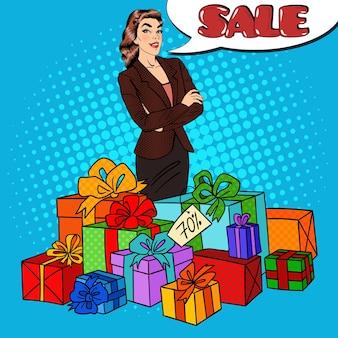 Поп-арт счастливая женщина с огромными подарочными коробками и распродажа комических речей.