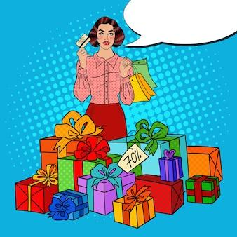 Поп-арт счастливая женщина с хозяйственными сумками, огромными подарочными коробками и распродажей комических речей.