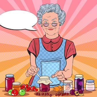 Старшая женщина в стиле поп-арт готовит домашнее варенье