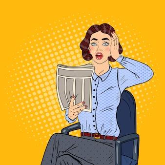 Поп-арт шокирован деловой женщиной, читающей газету. плохие новости.