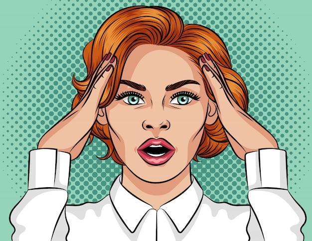 Иллюстрация стиля поп-арт потрясен девушка. красивая девушка с открытым ртом. девушка с рыжими волосами держит руки над головой. девушка в панике. эмоционально испуганное женское лицо
