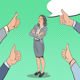Поп-арт успешная деловая женщина и руки, показывая пальцы вверх.