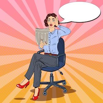 Поп-арт удивлен деловой женщины, читающей газету. плохие новости.