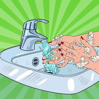 Поп-арт женщина, мытье рук. концепция здравоохранения гигиены по уходу за кожей. очищение женских рук мыльной пеной.