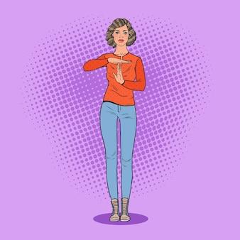 Поп-арт молодая женщина gesturing time out знак.