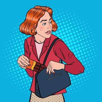 Поп-арт молодая женщина крадет еду в супермаркете