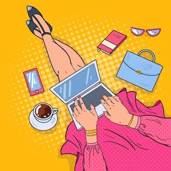 ノートパソコンとポップアートの若い女性