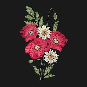 레드와 그린 스티치로 수 놓은 양귀비와 카밀레 꽃. 아름다운 야생 초원 꽃 식물 자수 디자인. 세련된 수공예품