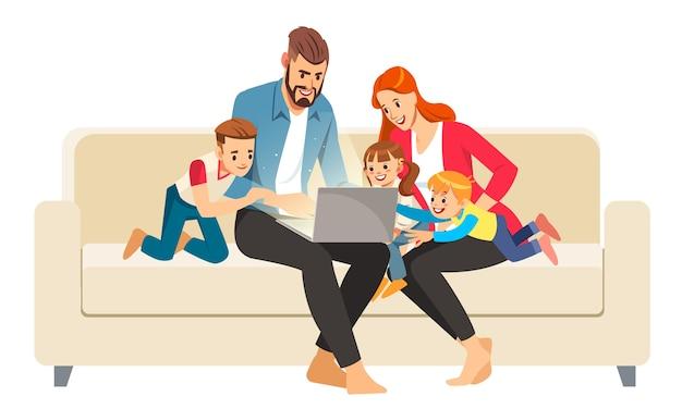 집에서 소파에 앉아 노트북을 사용하는 유쾌한 가족의 초상화