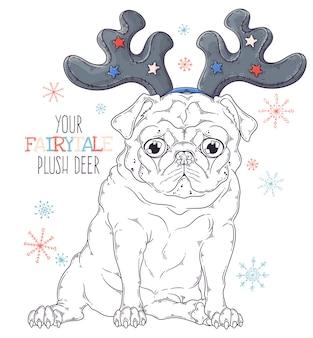 Портрет милой собаки мопса в декоративных рогах оленя