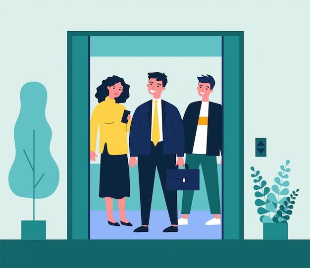 Позитивные люди, стоящие на лифтовой кабине
