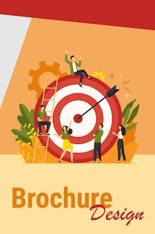 긍정적 인 작은 사람들이 앉아서 화살표가있는 거대한 목표 근처를 걷고 평면 벡터 일러스트를 격리합니다. 목표 또는 목표를 달성하는 만화 비즈니스 팀. 마케팅 전략 및 성과 개념