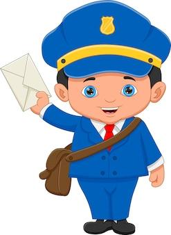 Почтальон позирует и держит конверт