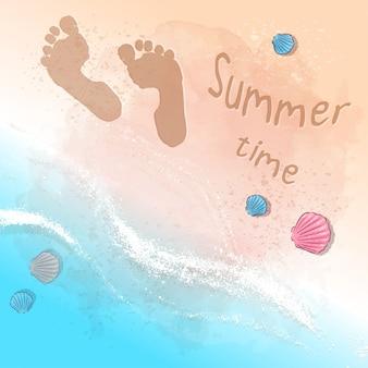 Открытка печать пляжной летней вечеринки со следами на песке у моря. стиль рисования рук.