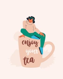 テキスト付きのはがきはあなたのお茶をお楽しみください巨大なお茶のカップに座っているセーターのかわいい若い女性