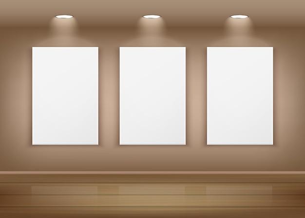 Плакаты или пустые белые картины, висящие на стене в интерьере художественной галереи