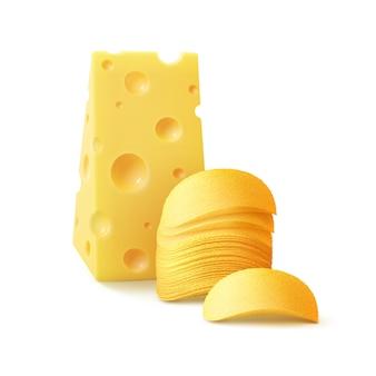 Стек картофельные хрустящие чипсы с сыром крупным планом, изолированные на белом фоне