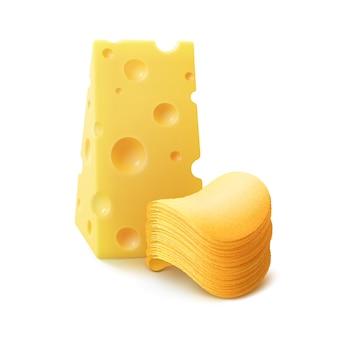 Стек картофельных хрустящих чипсов с сыром крупным планом, изолированные на белом
