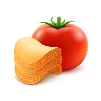 Стек картофельные хрустящие чипсы с красным помидором крупным планом, изолированные на белом фоне