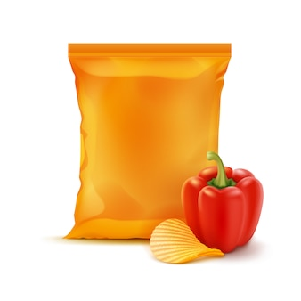 Картофельные чипсы с паприкой и вертикальной герметичной пустой оранжевой пластиковой фольгой для упаковки дизайн крупным планом на белом фоне