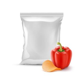 Картофельные чипсы с паприкой и вертикальной запечатанной пустой пластиковой фольгой для упаковки дизайн крупным планом на белом фоне