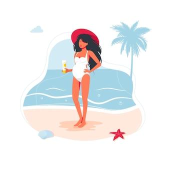 해변에서 자외선 차단제를 들고 수영복에 임신한 소녀. 아기 출산을 기다리는 임신한 젊은 갈색 머리 여자. 긴 검은 머리에 수영복을 입은 어머니. 자외선으로부터 임산부의 피부 관리