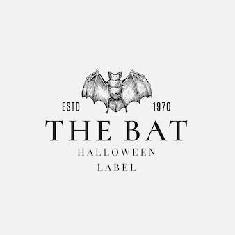 Премиум качество хэллоуин логотип или шаблон этикетки. нарисованный рукой символ эскиза злой летучей мыши и ретро типографии.