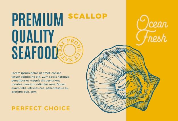 프리미엄 품질의 해산물. 포장 디자인. 현대 타이포그래피와 손으로 그린 가리비 껍질 mollusc